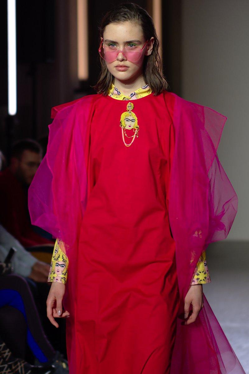 LIDA NOBA Lida Nobakht, Schweizerin mit iranischen Wurzeln zeige eine farbenfrohe Kollektion. Die Kollektion ist eine Fusion aus Kultur, Tradition und Pop-Art.  Foto: @RissmannP  @Mode_Suisse  #Fashion #Fashionshow #Mode #Modesuissepic.twitter.com/VNfPGAfl1Y