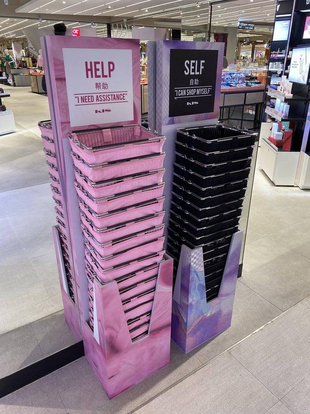 バンコクの化粧品売り場のアイディアが素晴らしい!カゴの色で意思表示できる!