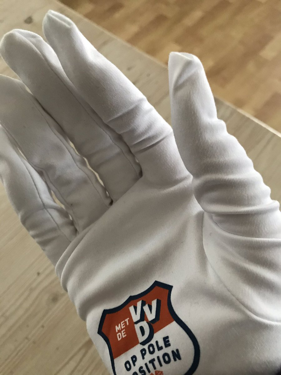 Boodschappen doen bij @JumboSupermarkt #marsdijk no problem; handig waren de witte campagne handschoentjes van de @vvddrenthe met dank aan @WMeeuwissen die er toen in #Cassata lekker op los strooide (wie wat bewaart die heeft wat), maar winkelkarretjes werden ook keurig ontsmet. https://t.co/XGvIL7uR6q
