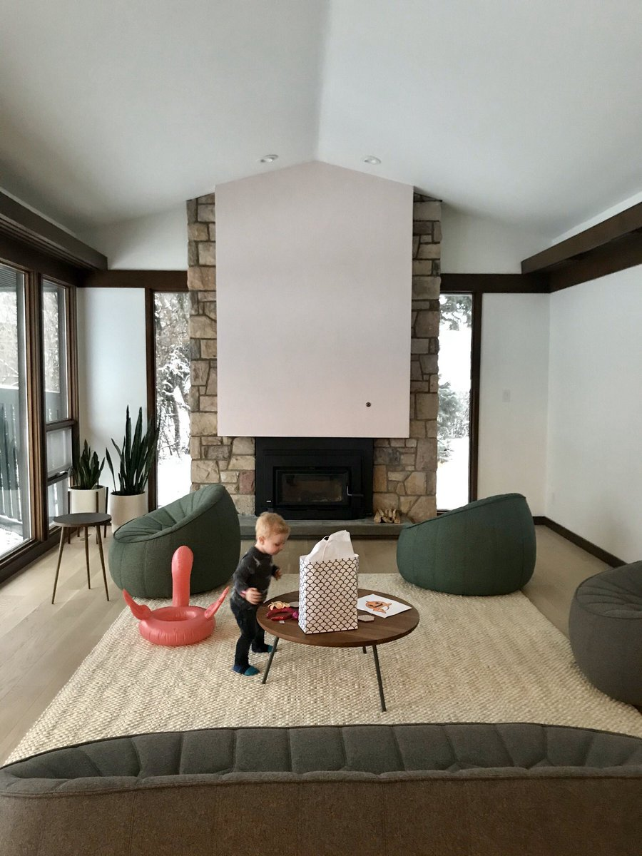 Pretty in pink! This extensive interior renovation to a 1960's modern home features a precast concrete fireplace painted in @BenjaminMooreCA's 'First Light' — 2020 colour of the year.   #yegre #yegdesign #yeg #interiordesign #design #architecture #pink https://t.co/03XYwdUtut