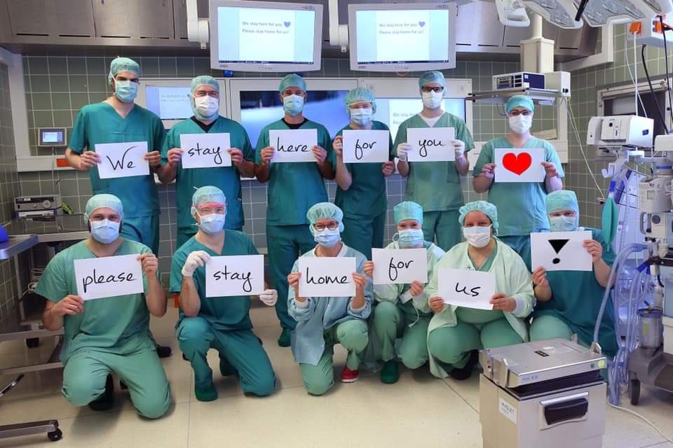 #TogetherAtHome - Staff from a Hannover hospital, with a message to the world 👇🏻