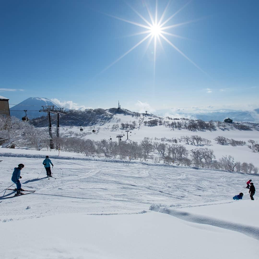 春スキー日和!🎿🏂澄んだ空気と暖かい太陽の光に包まれて、気持ちの良い滑走ができるこの時期は晴れ渡る確率も高く、今日もきれいな羊蹄山がくっきりの爽やかな一日でした☀🏔❤  #ヒルトンニセコビレッジ #春スキー #ニセコビレッジ https://t.co/8oQaVTQxXi