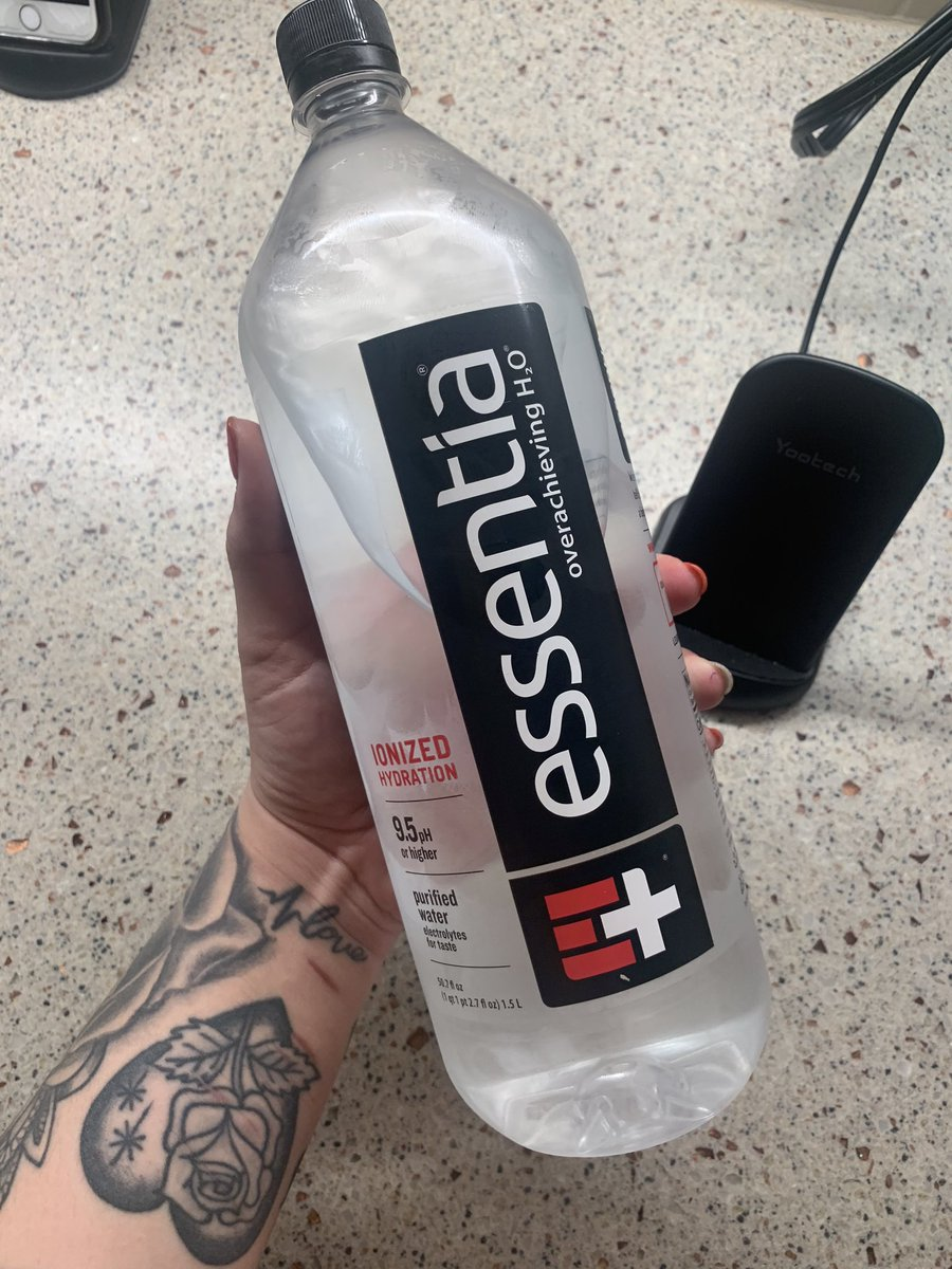 ME LOVE @essentiawater https://t.co/PUFwpKpfXS
