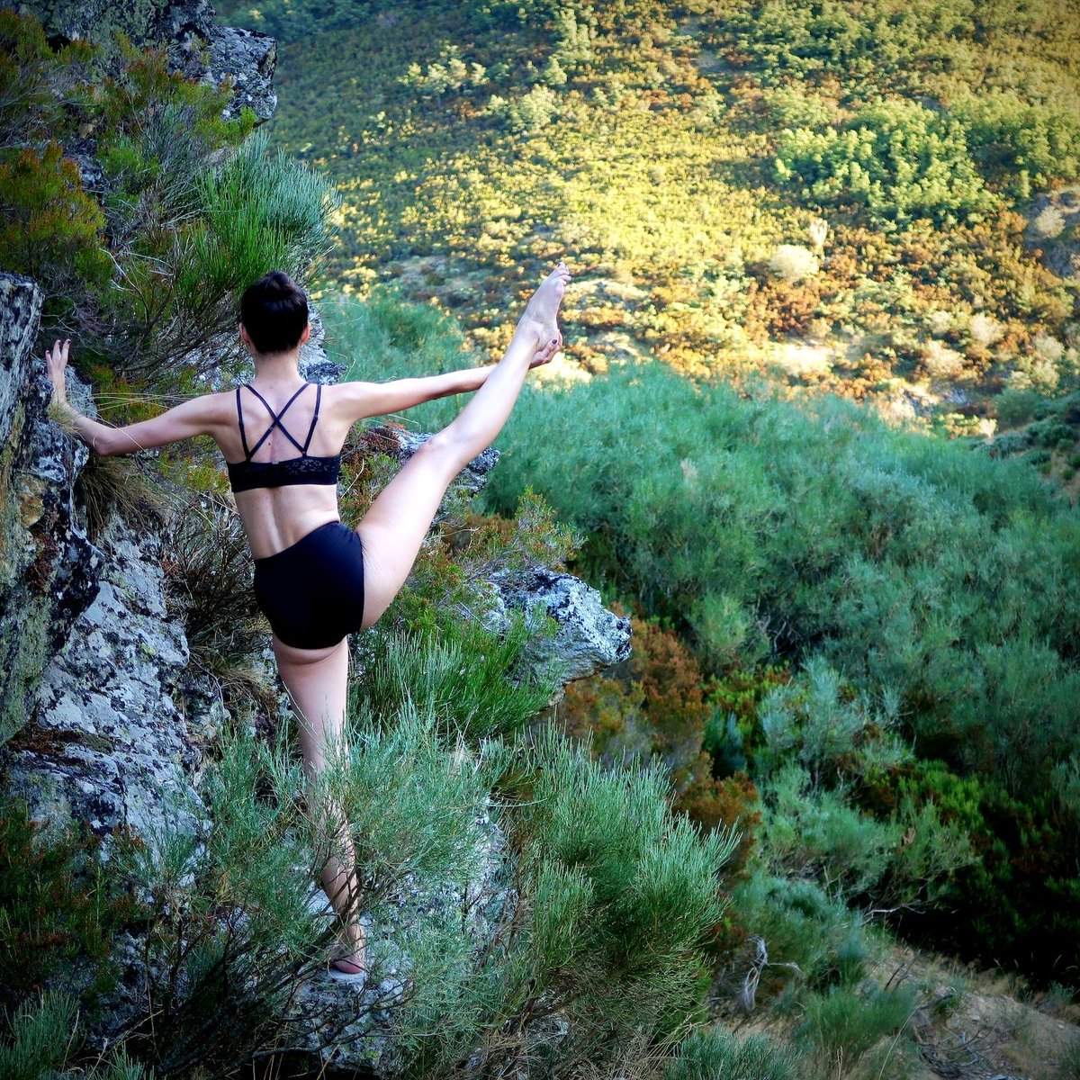 Dancing in unlikely places, part 1,394,932 #dance #ballet #gymnastics #dancer #ballerina #gymnast #adultballetgang pic.twitter.com/U9OviPpsNs