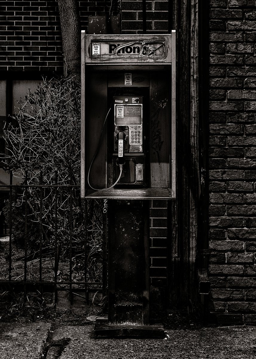 Phone Booth No 8  #toronto #streetsoftoronto #blackandwhitephotography #bnw #originalphotography #photography #photoproject #streetphotopic.twitter.com/AqCqnC0lnj