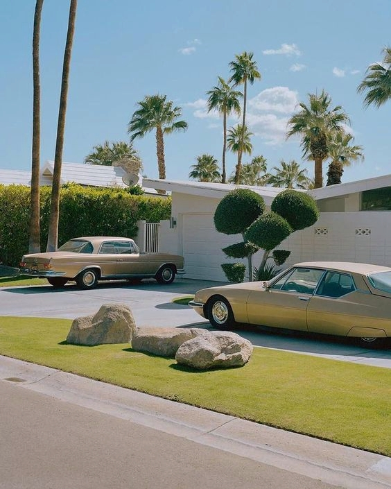 Classic cars ✔️Mid-century modern home ✔️Palm trees ✔️ Must be #PalmSprings 🌴☀️ #PalmSpringsStyle #ClassicCars #MidCenturyHome #ModernArchitecture