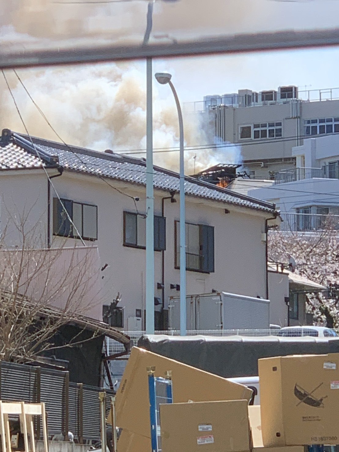 赤羽駅付近の建物で大きな火事が起きている画像