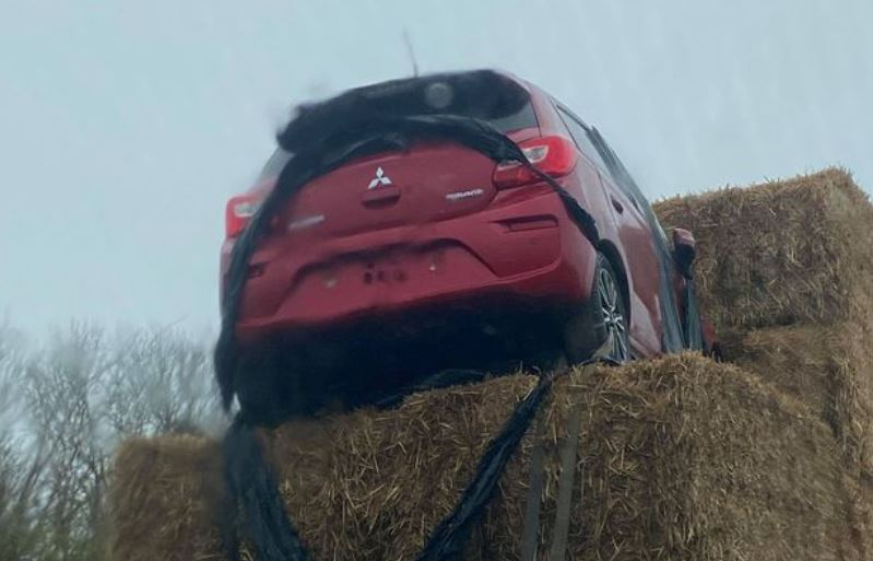 Car spotted being carried on top of hay bales on back of lorry bit.ly/2Uim23e