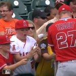 優しい世界に感動!メジャーリーグのスタジアムでボールやグローブなどを貰えた子どもたちの笑顔が素敵!