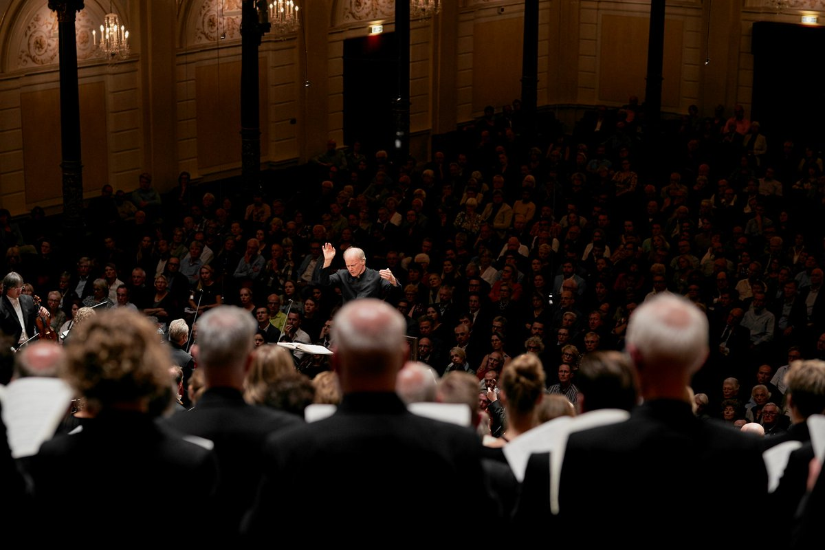 🎶Tune in tonight at 8:30 p.m. CET, when we #stream the impressive War Requiem by Benjamin Britten, conducted by  @NosedaG!This work reflects hope and honours the goodness of humankind - https://t.co/6JnKMkAERl #Concertgebouworkest @grootomroepkoor  @VlaamsRadiokoor @NlKinderkoor https://t.co/uY3zk1n1qG