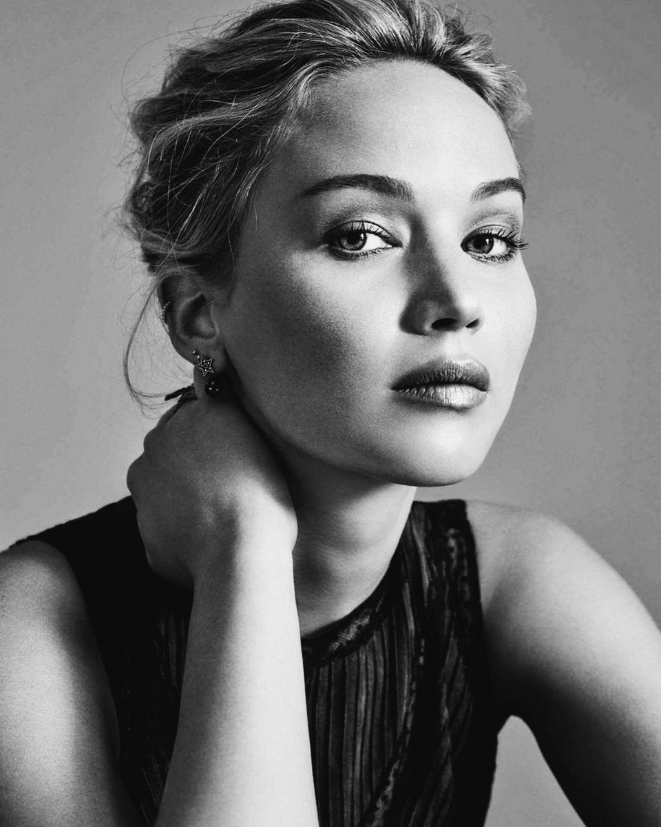 """""""Florence's diverse acting range on-screen and her likability off-screen has been comparable to the breakthrough and popularity experienced by Jennifer Lawrence when she came into public consciousness in 2010.""""pic.twitter.com/aM4GebwM8O"""