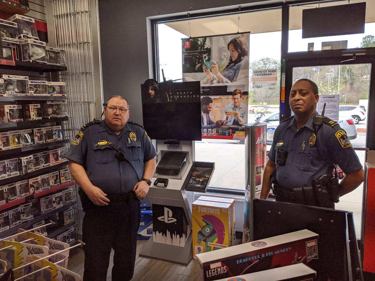 Shannon Liao On Twitter Update Gamestop Store In Athens Ga Was Asked By Police To Shut Down Photo Taken By Dustin Carson Story To Be Updated Shortly Https T Co Eshptu4inc