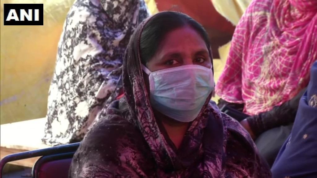 दिल्ली: शाहीन बाग में प्रदर्शनकारी कोरोना वायरस से बचने के लिए सेनिटाइजर और फेस मास्क का इस्तेमाल कर रहे हैं। एक प्रदर्शनकारी महिला ने कहा: जैसे हम संविधान के लिए खड़े हुए हैं वैसे ही हम कोरोना से लड़ने के लिए भी खड़े हैं। हम कल भी यहां आएंगे। https://t.co/GskAfX8Aab