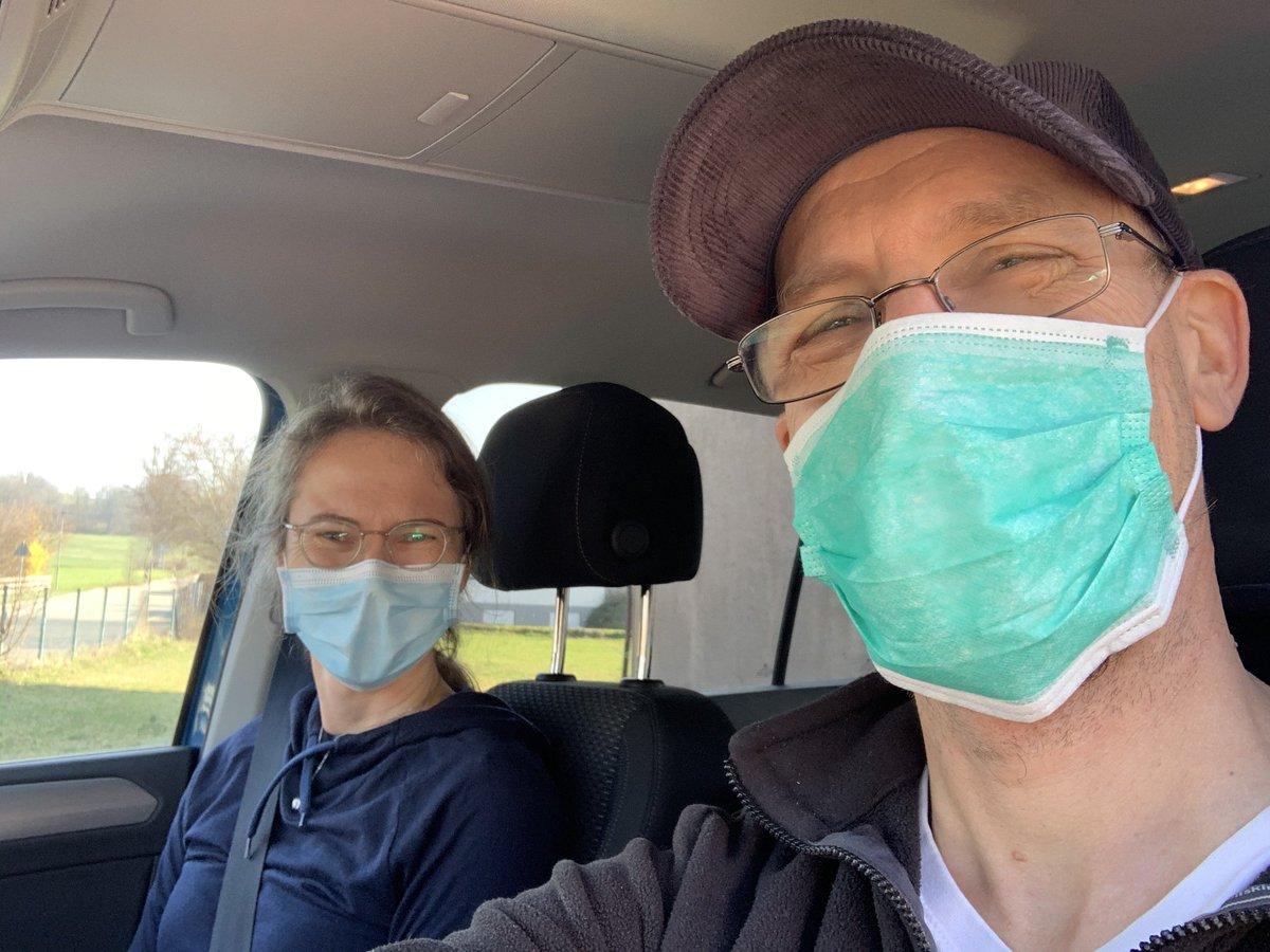 Die Masken sind übrigens aus Asien, wo es mehr davon gibt. Nora spendet die restlichen meinem Bruder, der ist Rettungsassistent, und dort werden sogar diese einfachen Masken knapp!