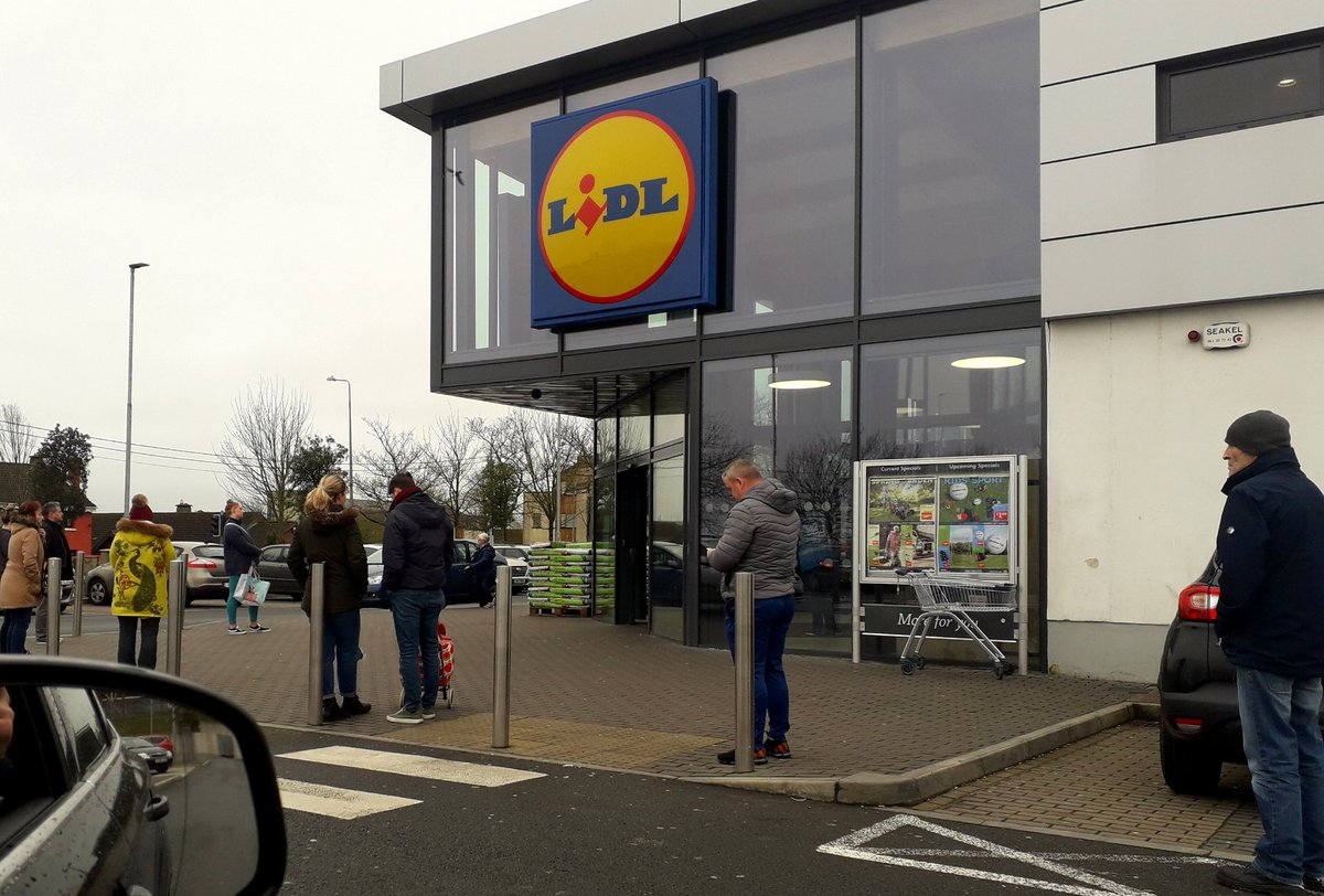 Well done to @lidl_ireland in Churchfield today. Taking social distancing serious by only allowing certain amount of customers in at a time, also helping with packing inside in order to keep things moving 👏👏 🇮🇪  #Covid_19  #SocialDistancing #FlattenTheCurve #WashYourHands https://t.co/fmlTfMVGgB