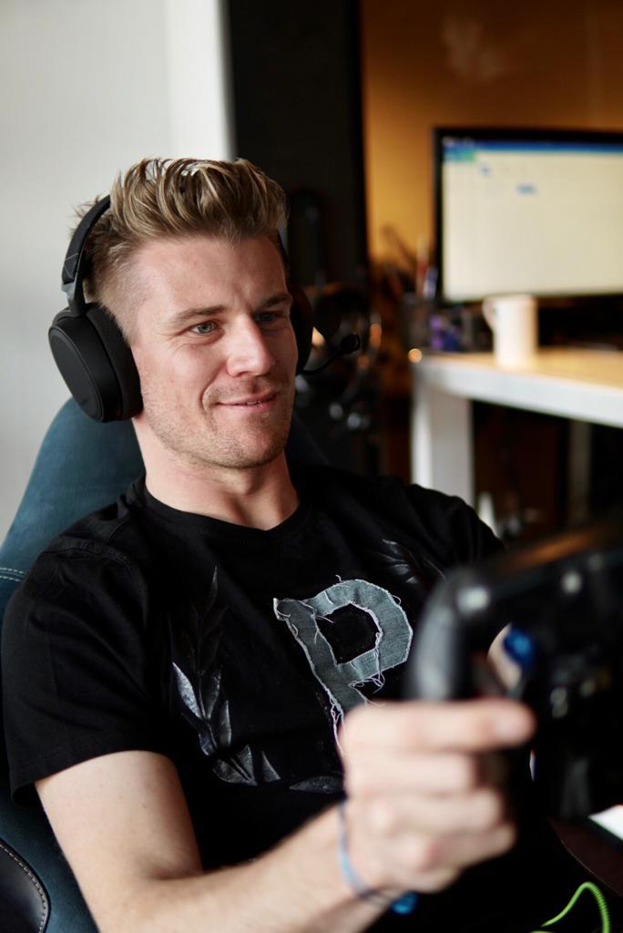 💪🏽 @HulkHulkenberg is in position for today's 'The Race All-Star Esports Battle'.   💻 Watch on YouTube at  https://t.co/bMeTeyvepN  18:00🇪🇺 | 17:00🇬🇧 | 13:00🇺🇸➡️  10:00🇺🇸⬅️ | 4:00🇦🇺 | 14:00🇧🇷  #TheRaceMustGoOn https://t.co/cPXfLXWbAs
