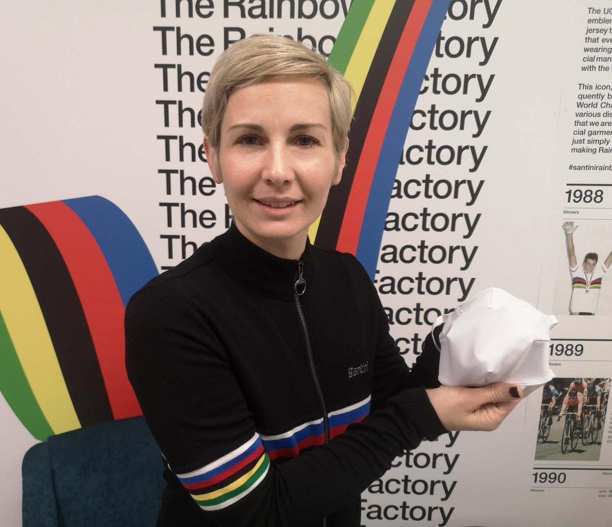 """Santini Cycling Wear, prestigiosa azienda di Lallio, ha deciso di produrre mascherine per far fronte all'emergenza sanitaria. Per la produzione, verrà utilizzato il tessuto speciale """"Monica Acquazero by Sitip"""", lo stesso usato per i body da triathlon. #mondotriathlon #ioTRiamo❤️"""