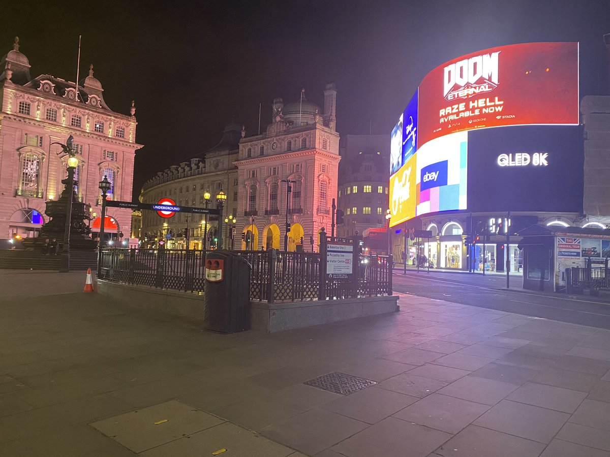 "Julia Macfarlane 🐅 on Twitter: ""Saturday night, Piccadilly Circus. The  center of London - and we're the only ones here… """