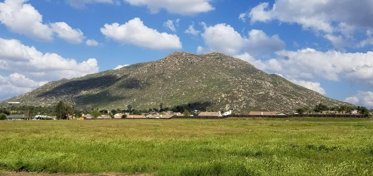 My brother took this picture today of my old hometown.  Grand Terrace is a small town about 50 miles east of Los Angeles.  When I was a kid I'd imagine this hill had Bilbo Baggins living in it lolpic.twitter.com/6AIcHzQbJN