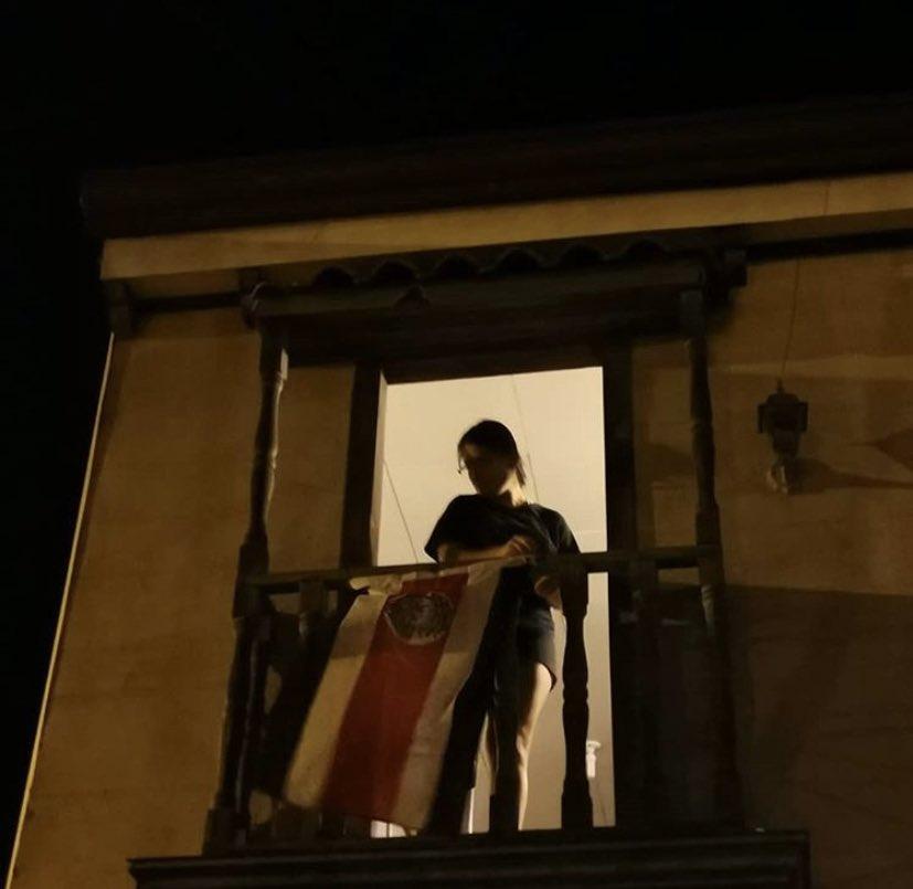 La actriz #MaríaTorres se lució con esta fotografía donde invitó a los ticos a sacar las banderas afuera de la casa 🇨🇷 #losleolosveolosoigo #eltaledgardocamacho #fuertevalientesonriente #periodistasoy #ojosyoidos