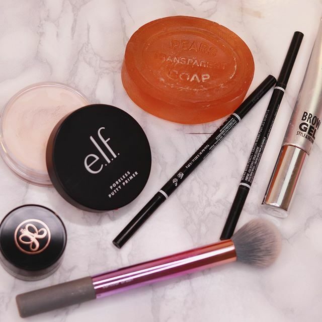 Bits and bobs #flatlayoftheday #elfmakeup #eyebrowgoals #pearssoap #anastasiabrowspic.twitter.com/2tS4KNVmoa
