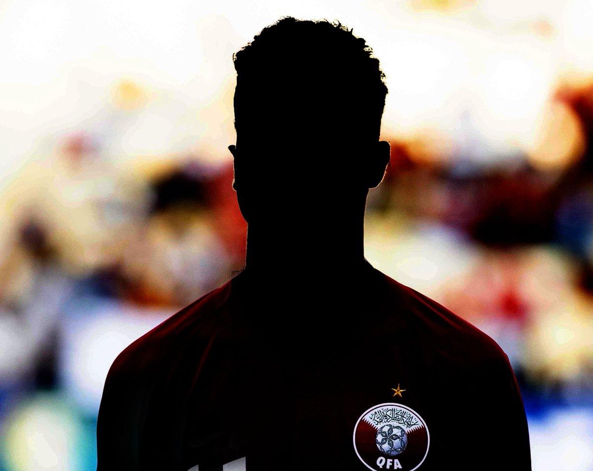 أجرى موقع FIFA.com مقابلة مع أحد نجوم المنتخب القطري @QFA وسنقوم بنشر المقابلة الحصرية الكاملة يوم غد الإثنين. هل يُمكنكم توقّع من هو اللاعب؟ سنُعطيكم مساعدة بسيطة 😉
