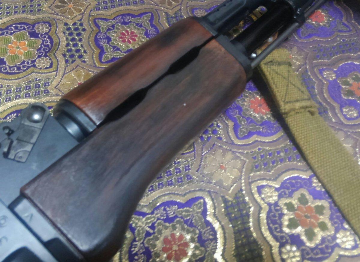 スリングは恐らくレプですがAKのもの... ストックとハンドガードはrealwood風に塗りましたpic.twitter.com/ybaeSlkxUf