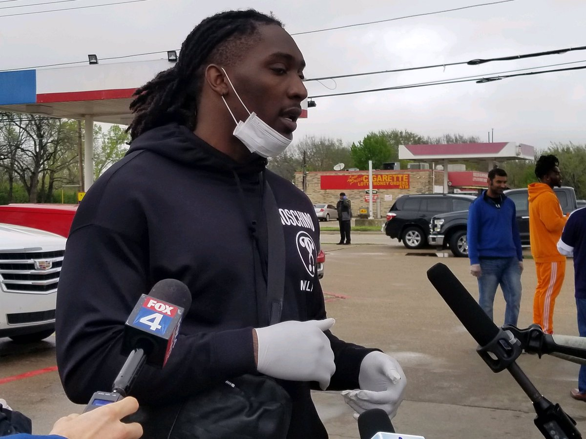 Kudos to @TankLawrence, @thejaylonsmith & #HotBoyz for providing free meals to hospital workers & first responders today, the heroes fighting this #pandemic. Now more than ever it's awesome to see the @dallascowboys stepping up in our community!   Photos: @TeresaRFox4 https://t.co/PBVh07Qj3O