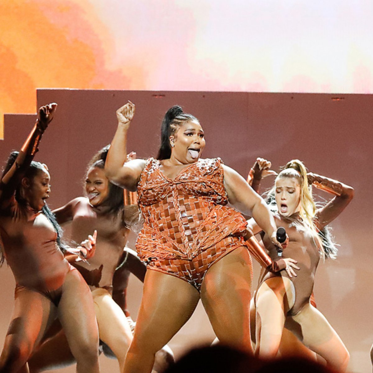 Bringing you all of the positive vibes this week, and what better way to do that than with a bit of @lizzo to start it off! <br>http://pic.twitter.com/A8pSGvjIIQ