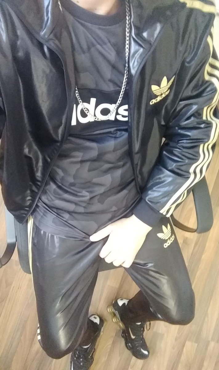 Doing homeoffice guys: Wearing #PhantomAthletics suit, #AdidasChile and #NikeShox!  What's your homeoffice-style? Leave comments.  Hope you're all feeling good and healthy... #skaterfozze #gaynike #gaysneax #gayslave #gearslave #fetishslave #gayfetish #gearfetisch #nike #adidas pic.twitter.com/M89FYJ7Y6C