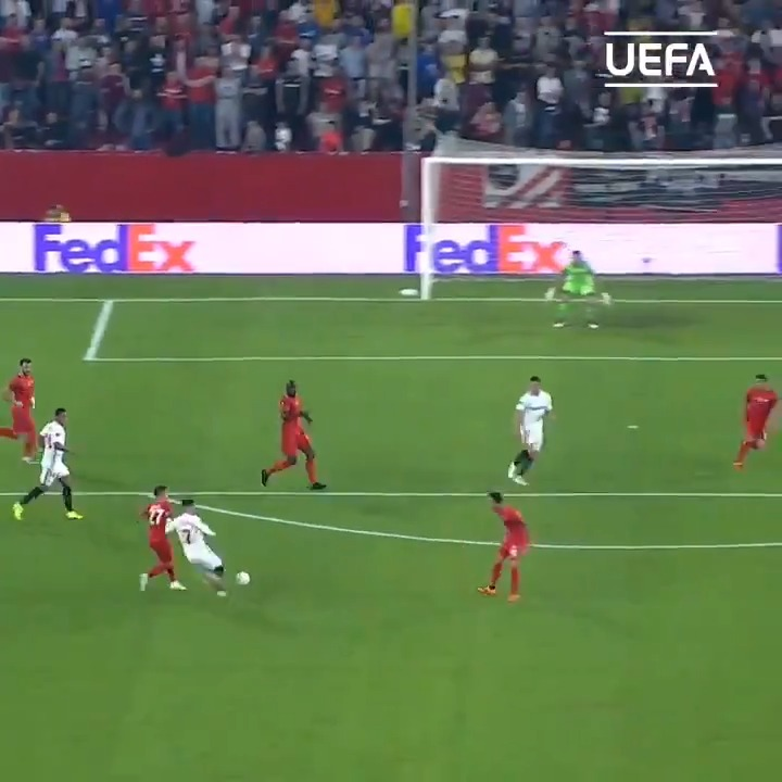 The build up & the finish 🤯 Throwback to @RoqueM26 doing 𝙏𝙃𝙄𝙎 🔥 #UEL | @SevillaFC