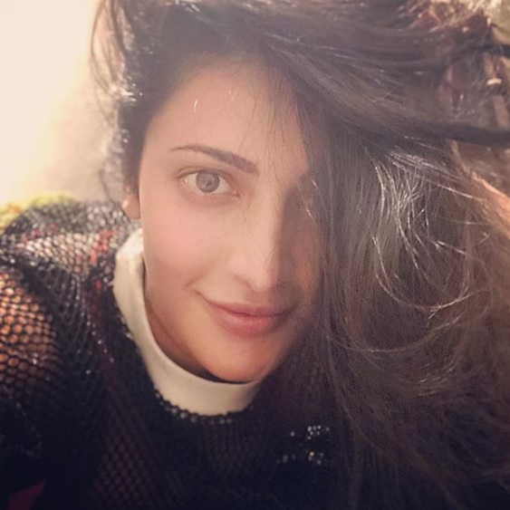 Here's @shrutihaasan, asking everyone to stay at home, stay safe and use this time to introspect! Good idea, we say! https://t.co/gklsCyIZZV