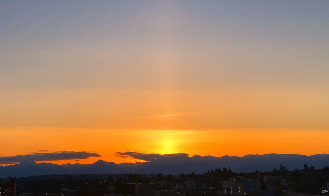 Vibrant sunset to end a beautiful day in Seattle! #sunset #Seattlepic.twitter.com/7BzU5rc9uh