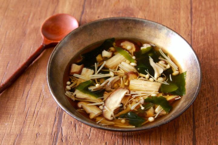 【食事で免疫力アップをサポート(2)】■冷凍きのこの中華スープレンジ5分でこの味はうれしい…!きのこは冷凍するとおいしさ増し増しです。冷凍茸60g、乾燥わかめ2g、水400ml、オイスターソース・醤油各小1、鶏ガラ小2/3を600W5分チンし塩、胡椒生の茸でも作れます◎#コロナを終わらせよう