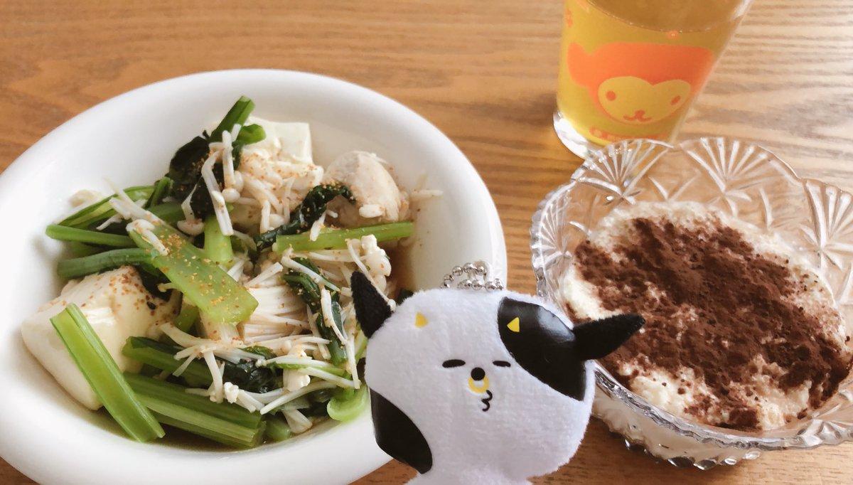 縄跳び&ジョギング後の昼ごはん鶏胸肉と小松菜とえのきと豆腐を茹でただけ(ぽん酢)🐓🥬🍄豆腐ティラミス昨日も作ったけどほんとこれ美味い🤤#クックパッド #ダイエット垢さんと繋がりたい