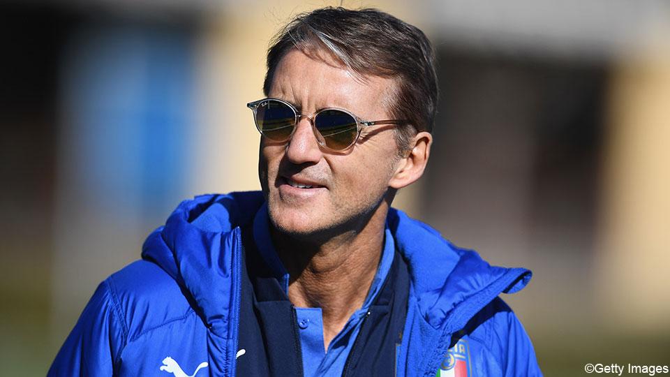 """Italiaanse bondscoach Mancini ziet voordeel in uitstel Euro 2020: """"Meedoen om de prijzen"""". Kanttekening: """"We zullen in september elkaar bijna jaar niet meer gezien hebben""""  https://sporza.be/artikels/italie-coach-mancini-ziet-voordeel-in-uitstel-euro-2020-meedoen-om-prijzen~1586234434127/…pic.twitter.com/eLeFiTVJ89"""