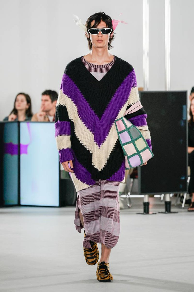 from designer #JonathanAnderson  for #Loewe #MenswearCollection #SS2020  colourful loosefit #mensFashion #runwayLookspic.twitter.com/Yivh4lMPJb