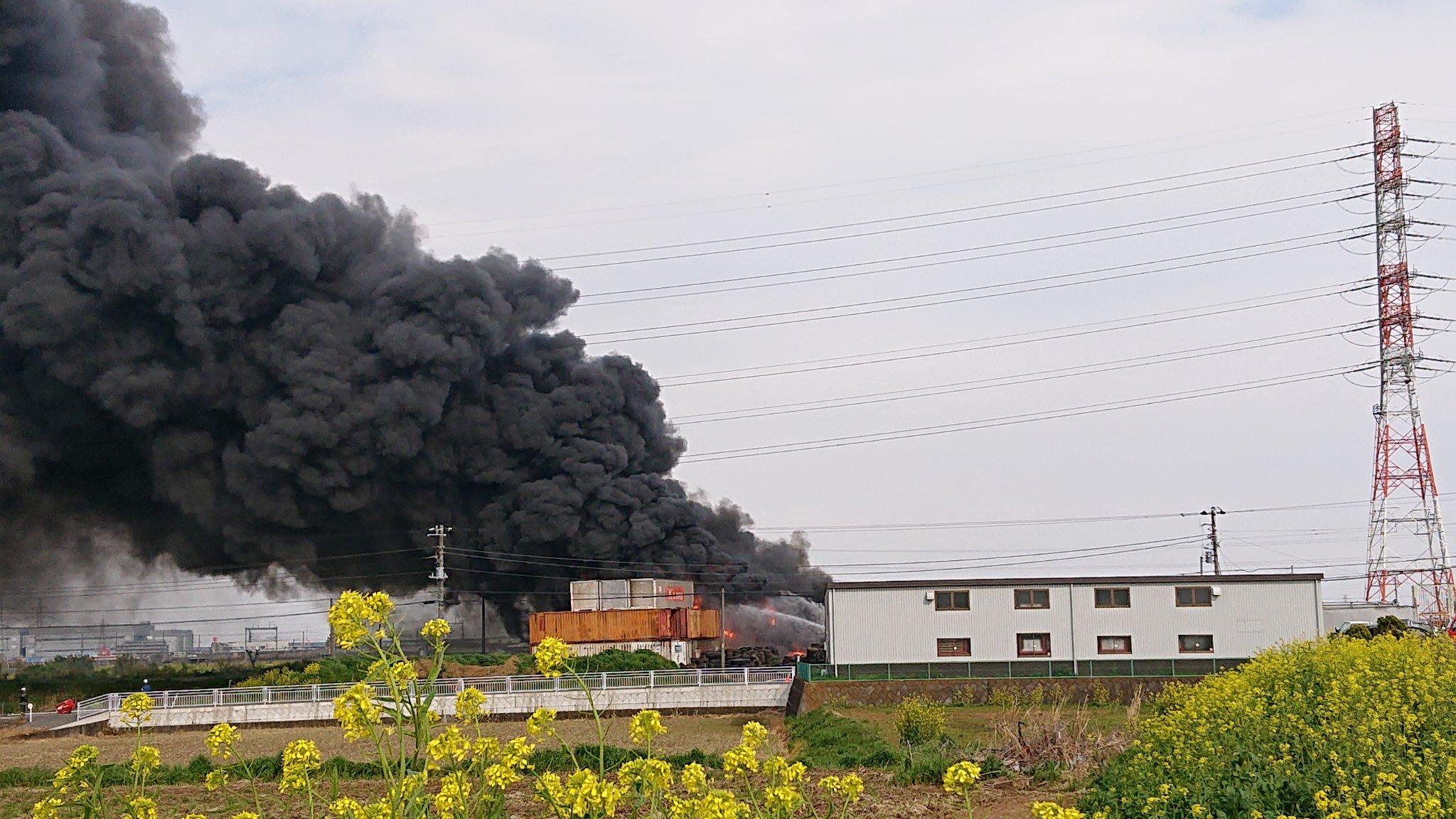 平塚市大島のタイヤ廃棄場で火災が起きている画像