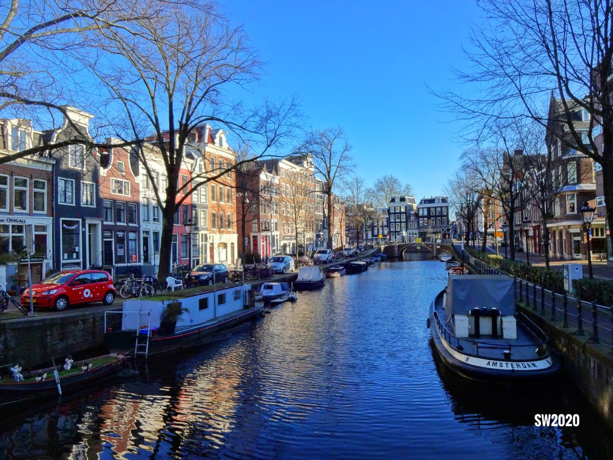 Today a sailing ban applies in #Amsterdam in the center (canals, Amstel and Red Light District). For the coming period, the call remains to stay at home as much as possible and not to recreate pic.twitter.com/s4bGY6ed4D