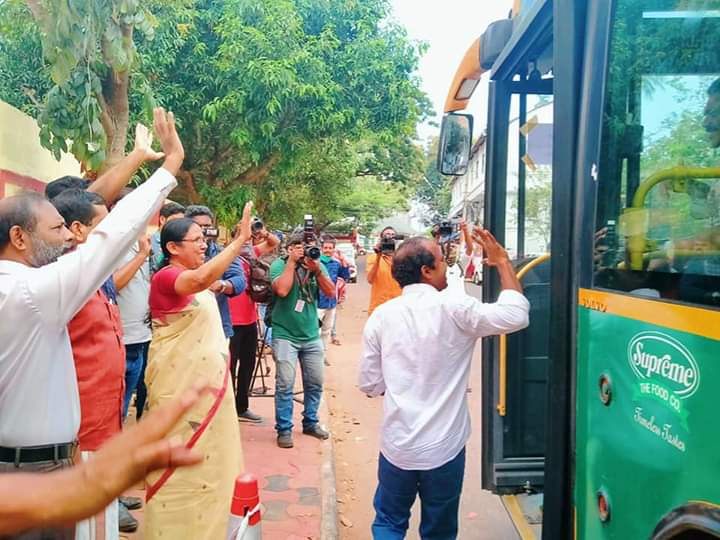 The 26-member delegation from Government Medical College, #Thiruvananthapuram, is traveling to #Kasaragod for the realisation of Kasaragod Covid Care hospital. They started from tvm in a special KSRTC Bus.  #keralafightsCorona #Covid19pic.twitter.com/zjQuE9vdRl