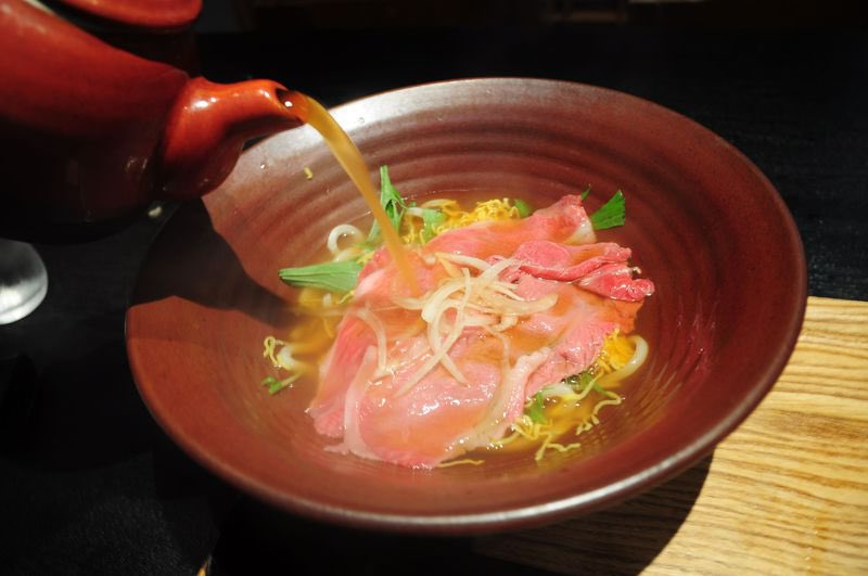ちなみに今まで食べたうどんの中で天下取れるレベルなのは滋賀県彦根市のちゃかぽんってお店の二代目うどん。これを食べる為だけに都内から行く事があるレベルです。