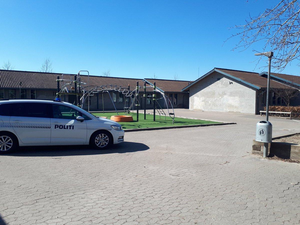 Antvorskov Skole i Slagelse. Tak fordi I bliver hjemme og holder afstand. #COVID2019 #politidk #StayAtHome https://t.co/StrDjskgAC