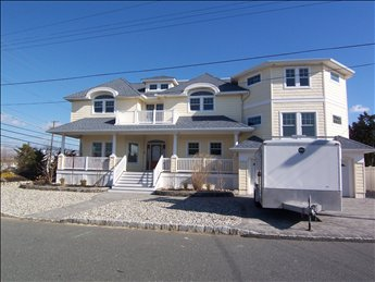 6 bedroom 3.5 bath #LBI #vacationrental. Fantastic oceanside new construction in quiet Haven Beach area! More info https://www.mancinirealty.com/featured-listing/3-e-tennessee-avenue-haven-beach/ … Sleeps 12. #longbeachisland #jerseyshore #lbiregion @mancinirealty1pic.twitter.com/GXCrzoMHD8