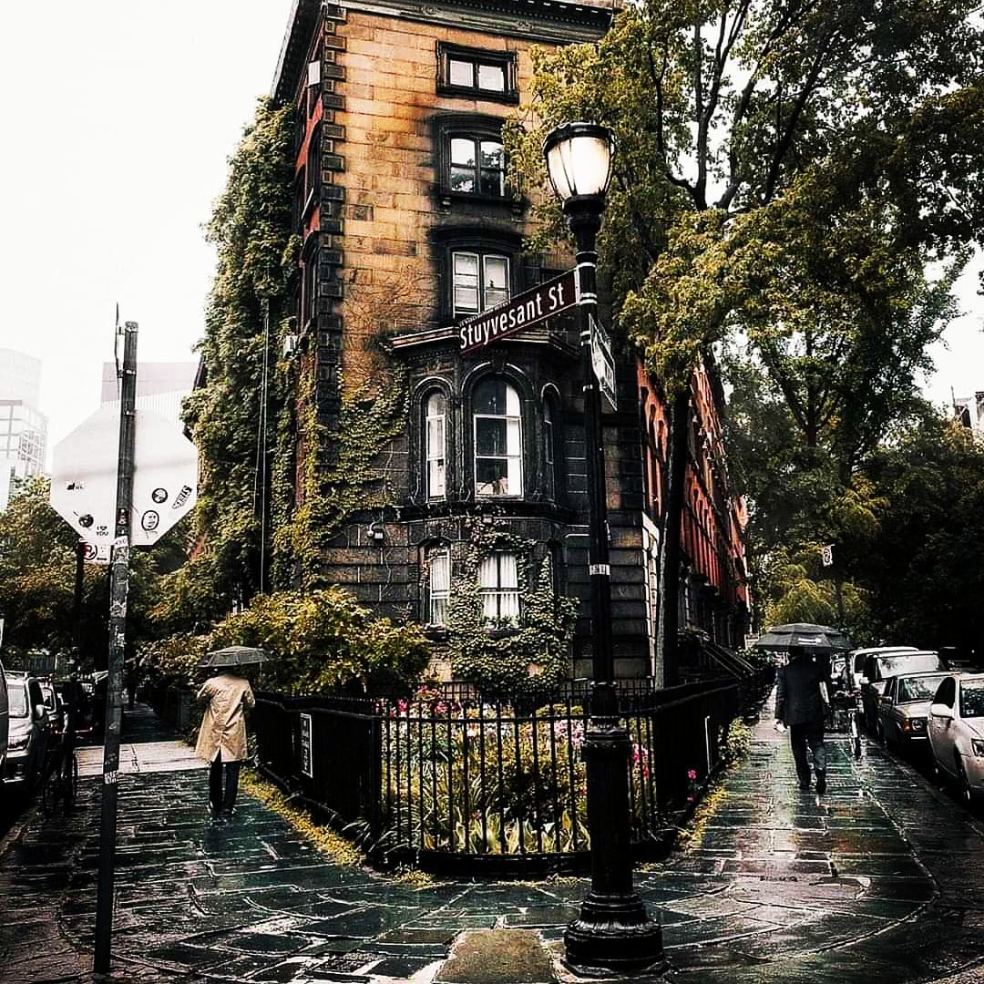 A rainy day on one of the oldest streets in New York ☔️ Who's been here before? 😍 #Pray_For_NewYork, #StaySafe 📸 by: @mindz.eye [IG] #expat #expats #expatslife #NewYork #travel with #theexpatnetwork