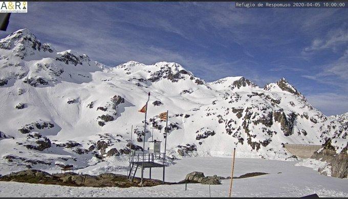 Buenos días. Bonito cielo hoy en el Pirineo con nubes altas. Refugios de #Respomuso y #Bachimaña. Ayer #respomuso registró una máxima de 9.5C. Espesor actual 132cm. Mañana vuelve la ❄-🌧 con una cota que rondará los 2100-2300m. https://t.co/7YTZpFzIjA