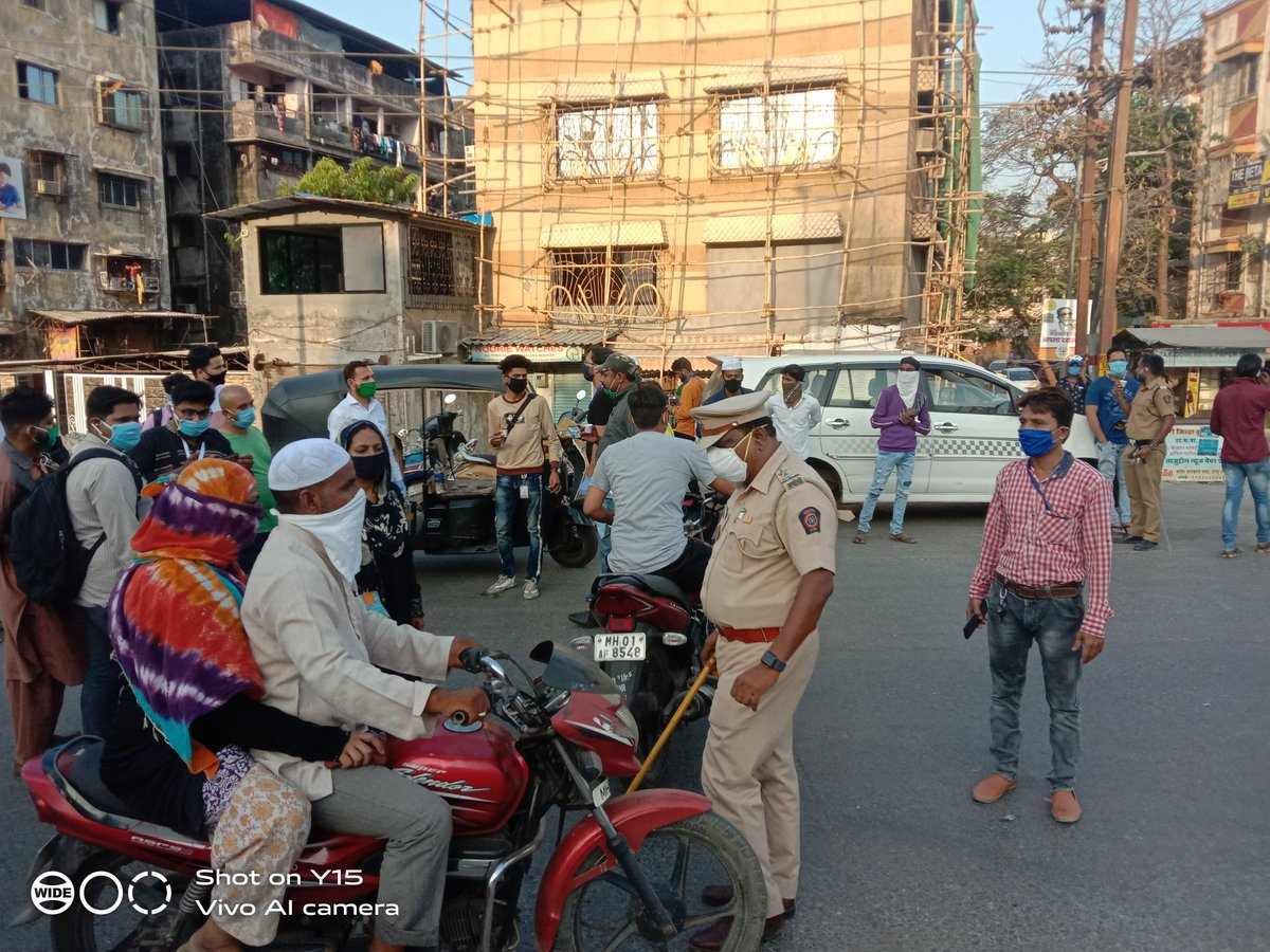 No pvt vehicles on road implementation starting in Kausa Area by Mumbra Police @ThaneCityPolice @AnilDeshmukhNCP https://twitter.com/KhalilGLokmat/status/1246775357887451136/photo/1pic.twitter.com/Ov8FE8Fdl0pic.twitter.com/diXV3FI2s6