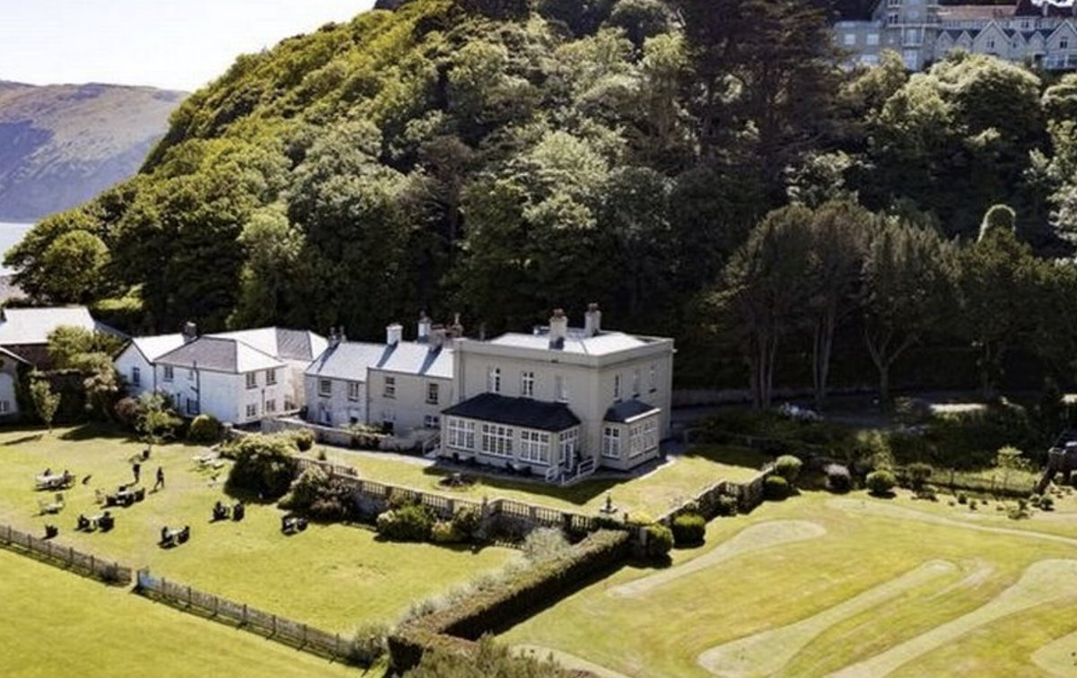 Stunning beach-side manor house with 17 bedrooms sells at auction for £120,000 mirror.co.uk/news/uk-news/s…