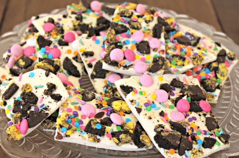 Oreo Bark To Celebrate Your Traditions. It's a beautiful #dessert that you can make quickly and decorate to your liking and #celebration. #desserts #easyrecipe #recipes #chocolate #easter #easterbasket https://bit.ly/2VA4Llkpic.twitter.com/fUIO1Mj2tp