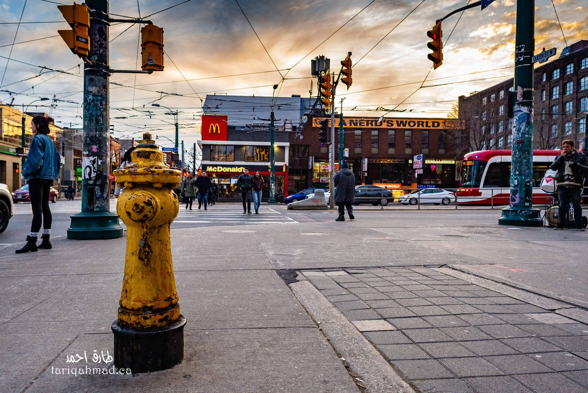 Sunday evening at Queen and Spadina #Toronto #chinatown #streetsoftoronto #StreetArt #streetphotography #SundayThoughts #people #PeopleOverProfitpic.twitter.com/luLAUCGG3x