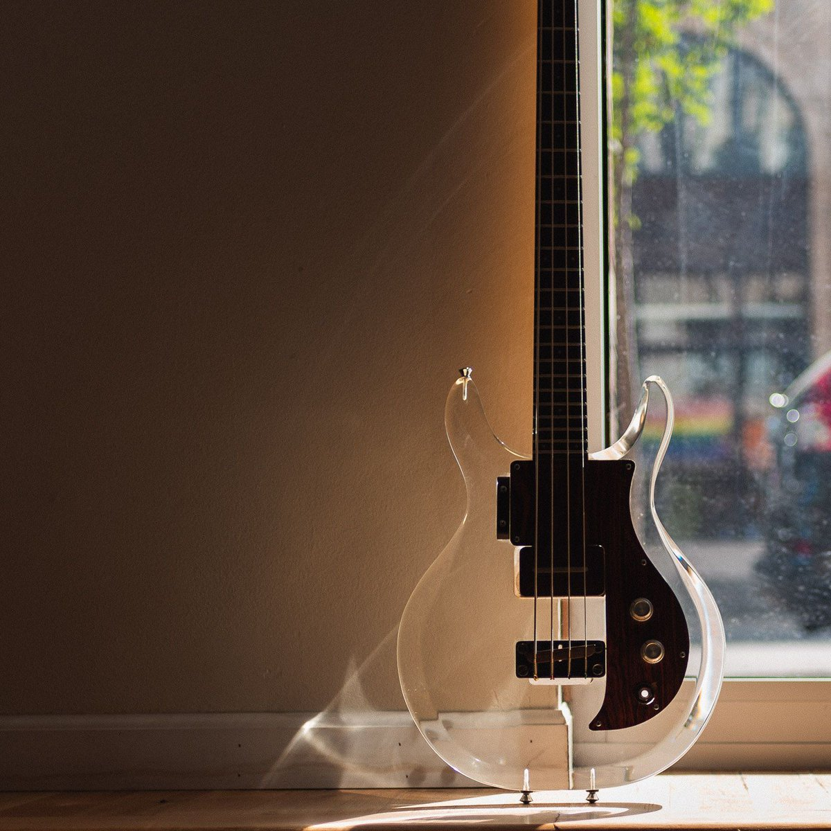 Throwing it back to when it was 69º and sunny and this '69 @Ampeg Dan Armstrong Lucite bass was just chilling in the window. https://buff.ly/39wmRLl #chicagomusicexchange #thebassment #ampeg #1969 #danarmstrong #lucite #nice #basstalk #bassplayer #tonemob #knowyourtone #gearwirepic.twitter.com/xJlBwU1XUZ